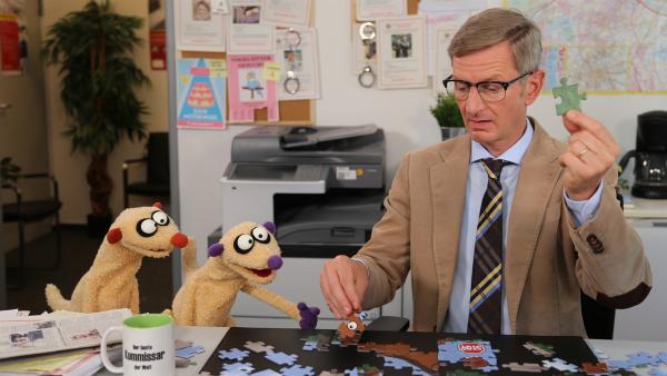 Jan & Henry und der Kommissar (Michael Kessler) lösen ein schweres Puzzle. | Rechte: NDR/bigSmile