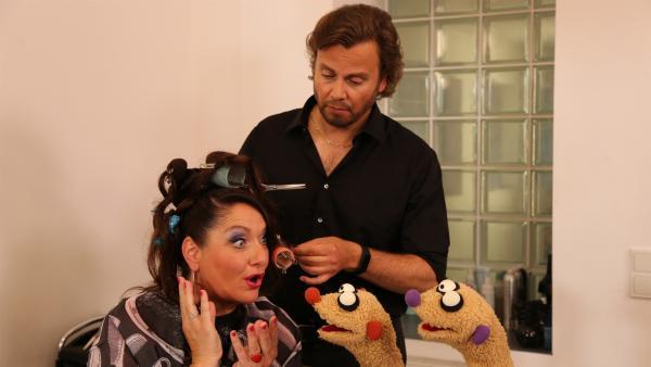 Beim Friseur (Heiko Obermöller) treffen die Erdmännchen eine Operndiva (Betty La Minga). | Rechte: NDR/bigSmile