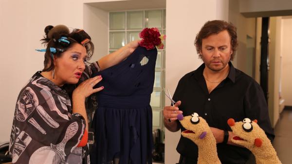 Beim Friseur (Heiko Obermöller) wurde das Kleid der Operndiva (Betty La Minga) zerschnitten.   Rechte: NDR/bigSmile