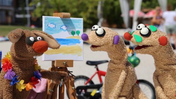 Jan & Henry treffen einen malenden Hasen am Strand. | Rechte: NDR/bigSmile