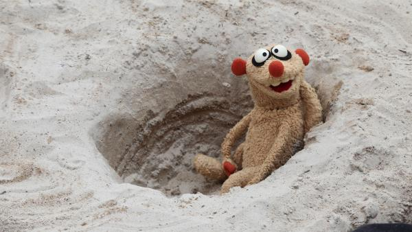 Henry fällt am Strand in ein mysteriöses Loch. | Rechte: NDR/bigSmile