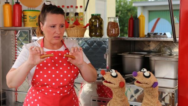 Bei der Wurstverkäuferin (Nina Vorbrodt) gibt es ein Problem. | Rechte: NDR/bigSmile