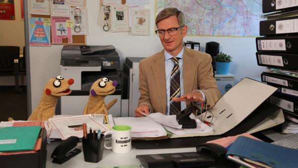 Jan & Henry wollen zum Kommissar (Michael Kessler) ziehen. | Rechte: NDR/bigSmile