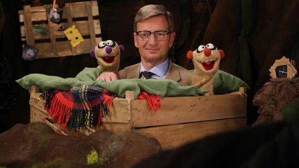Jan & Henry mit dem Kommissar (Michael Kessler) | Rechte: NDR/bigSmile
