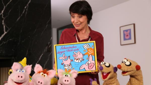 Die Gräfin (Ute Willing) und die Erdmännchen beim Babysitten der Ferkel | Rechte: NDR/bigSmile