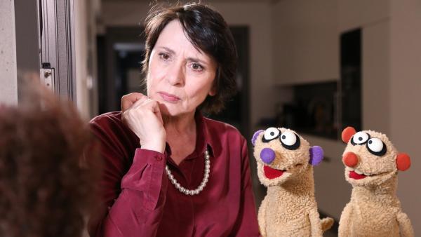 Die Nachbarin hat eine schlechte Nachricht für die Gräfin (Ute Willing) und Jan & Henry. | Rechte: NDR/bigSmile