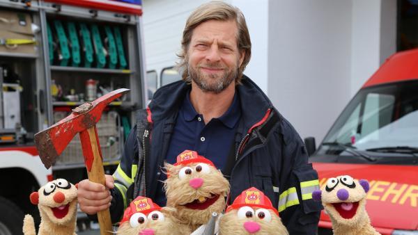 Feuerwehrübung mit Jan & Henry, den Hamstern und Feuerwehrmann (Henning Baum) | Rechte: NDR/bigSmile