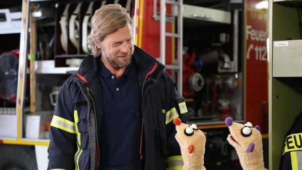 Jan & Henry helfen dem Feuerwehrmann (Henning Baum) | Rechte: NDR/bigSmile