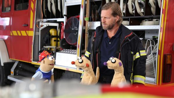 Beim Feuerwehrmann (Henning Baum) und seinem Sohn gibt es Probleme. | Rechte: NDR/bigSmile