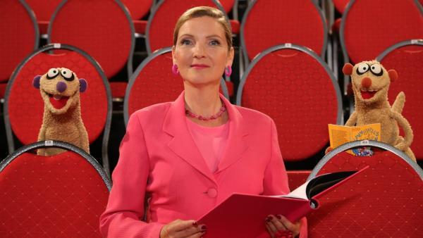 Jan & Henry helfen der Ballettlehrerin (Susanne Pätzold) bei einem Problem. | Rechte: NDR/bigSmile
