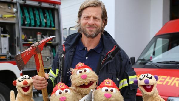 Folge 38: Feuerwehrübung mit Jan & Henry, den Hamstern und Feuerwehrmann Henning Baum. | Rechte: bigSmile