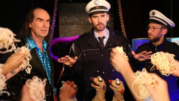 Zauberer Aubergini mit Jan & Henry und Polizei   Rechte: bigSmile Foto: bigSmile