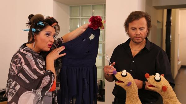 Folge 43: Beim Friseur (Heiko Obermöller) wurde das Kleid der Operndiva (Betty La Minga) zerschnitten. | Rechte: bigSmile