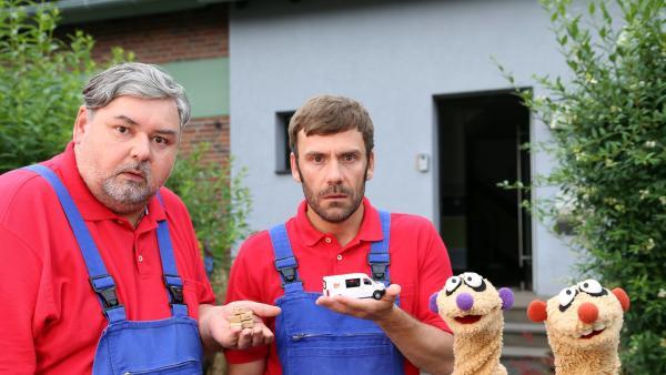 Jan & Henry mit zwei verdächtigen Möbelpackern (Thomas Gimbel & Daniel Wiemer) | Rechte: bigSmile Foto: bigSmile