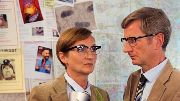 Jan&Henry treffen den Kommissar (Michael Kessler) und seine Schwester | Rechte: bigSmile Foto: bigSmile