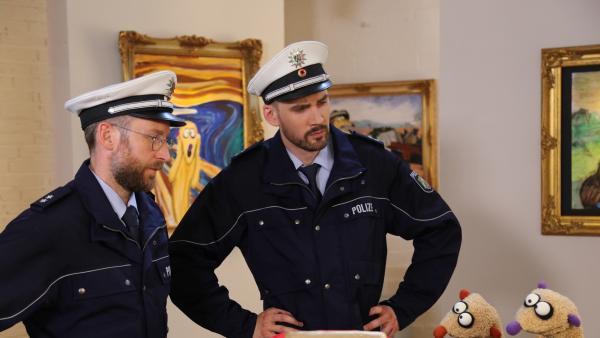 Jan & Henry mit Polizisten im Museum   Rechte: bigSmile Foto: bigSmile