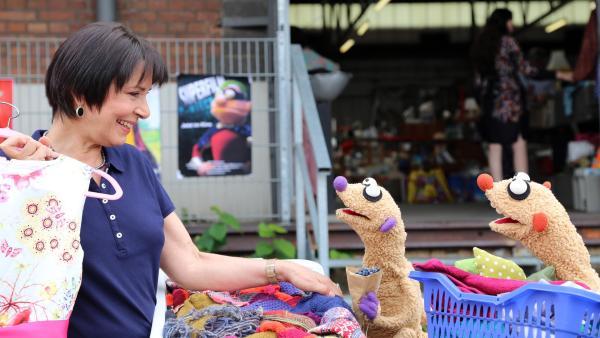 Am Waschsalon treffen Jan & Henry die Gräfin (Ute Willing) | Rechte: bigSmile Foto: bigSmile