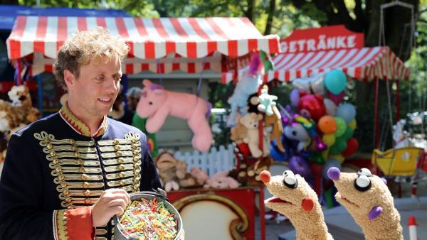 Jan & Henry treffen einen Losverkäufer (Jesse Albert) | Rechte: bigSmile Foto: bigSmile