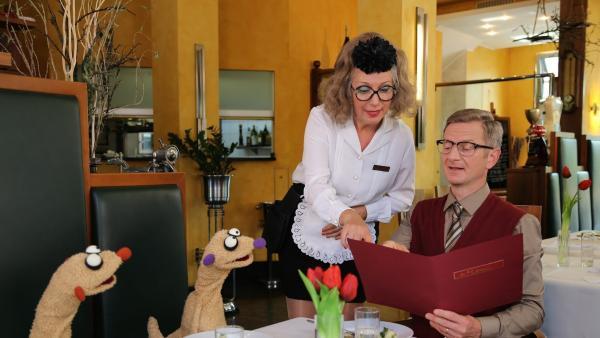 Jan & Henry mit dem Kommissar im Restaurant | Rechte: bigSmile Foto: bigSmile