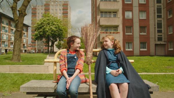 Mildred (Bella Ramsey, l.) und  Maude (Meibh Campbell, r.) schließen direkt Freundschaft, obwohl sie aus unterschiedlichen Welten kommen. | Rechte: ZDF/BBC/ZDF Enterprises
