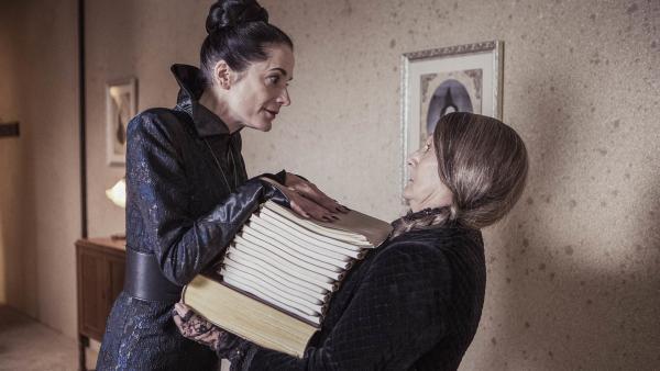 Frau Harschmann (Raquel Cassidy) verehrt die neue Lehrerin, weil der vermeintlichen Frau Düsternis (Rachel Bell) ein besonderes strenger Ruf vorauseilt. Sie hat keine Ahnung, dass es ihre Schülerin Mildred ist, die durch einen Weisheitszauber gealtert ist. | Rechte: ZDF/Rachel Joseph/BBC/ZDF Enterprises