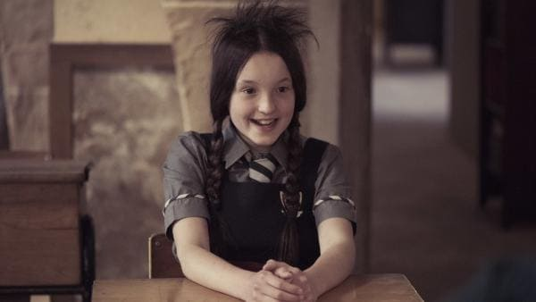 Mildred (Bella Ramsey) ist froh, dass die Rundhaarbürste nicht mehr in ihren Haaren festhängt. Doch wünscht sie sich, dass die kurzen Haare schnell wieder nachwachsen. | Rechte: ZDF/James Stack/BBC/ZDF Enterprises