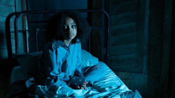 Azura Mond (Luciana Akpobaro), eine nicht-magische Erstklässlerin, hat Angst alleine in ihrem Zimmer auf Graustein und schläft schlecht. Darum mischt sie sich einen Zauber, der ihre Ängste vertreiben soll. | Rechte: ZDF/James Stack