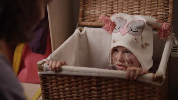 Sol (Olivia Jørgensen) nimmt sich Linneas Eulenmütze und spielt, dass sie eine Eule ist. Sie malt sich das Gesicht braun an, doch dabei wird die Mütze aus Versehen schmutzig. Was nun? Da kommt der neue Erzieher Dirk (Simon Solhoff) und hilft Sol. Eine Freundschaft beginnt. | Rechte: KiKA/NRK
