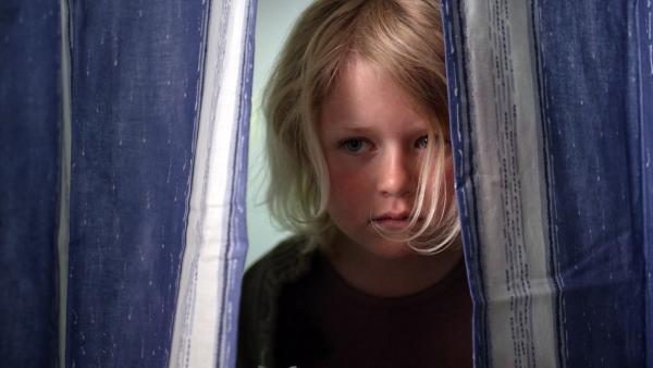 Im Kindergarten ist ein neuer Erzieher: Dirk hat heute seinen ersten Tag. Da bleibt Sol (Olivia Jørgensen) lieber in der Garderobe und sieht sich um. | Rechte: KiKA/NRK