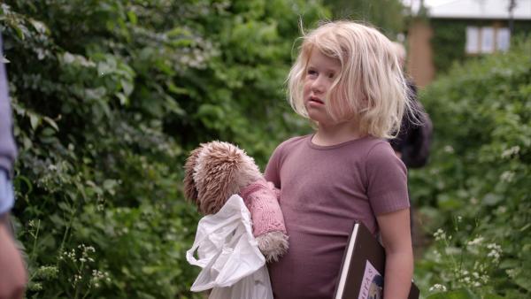 Heute darf Sol (Olivia Jørgensen) den Kindergarten-Teddybär Filippa mit nach Hause nehmen. Doch so glücklich ist, sie darüber nicht, denn so tolle Sachen wie die anderen Kinder kann sie mit Filippa nicht machen. | Rechte: KiKA/NRK