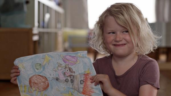Sol (Olivia Jørgensen) hat gemalt, wo sie mit Filippa hingereist ist. | Rechte: KiKA/NRK