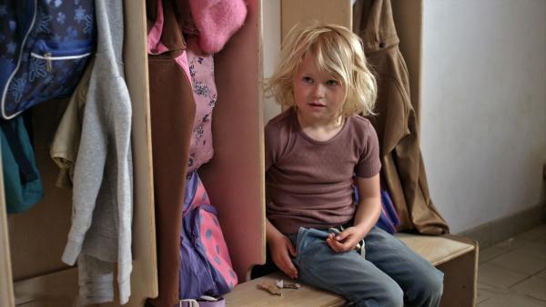 Sol (Olivia Jørgensen) hat den Spielzeug-Tag im Kindergarten vergessen. Während die anderen ihre Puppen oder Autos auspacken, hat Sol nur Klein-kram in ihrer Hosentasche. | Rechte: KiKA/NRK