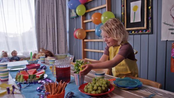 Am Ende gibt es doch noch eine gelungene Geburtstagsüberraschung. | Rechte: KiKA/NRK