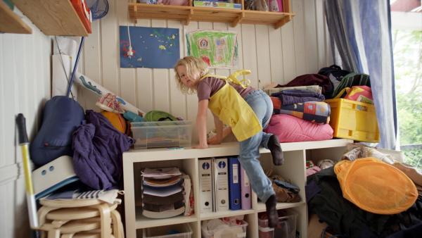 Sol (Olivia Jørgensen) rennt weg und versteckt sich, weil ihr Geburtstagsgeschenk für Dirk kaputt gegangen ist. | Rechte: KiKA/NRK