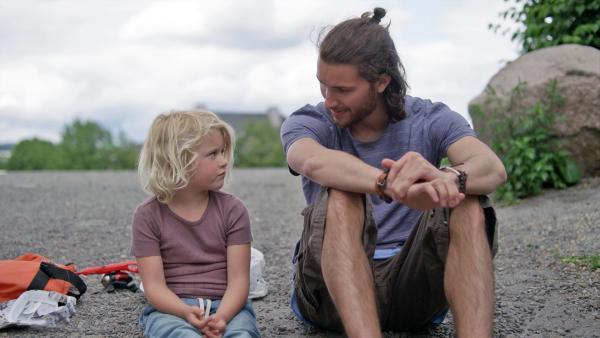 Aber Dirk (Simon Solhoff) hält sie auf. Er hat eine Idee, wie Sol (Olivia Jørgensen) doch noch angeln kann. | Rechte: KiKA/NRK