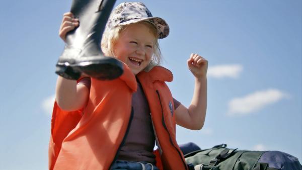 Sol (Olivia Jørgensen) kann auf dem Spielplatz lustige Sachen angeln. | Rechte: KiKA/NRK