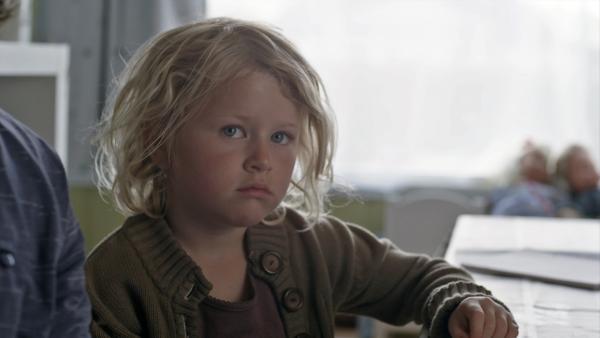 Sol (Olivia Jørgensen) langweilt sich. Eigentlich ist der Kindergarten nämlich geschlossen, weil die Erzieher eine Fortbildung haben. | Rechte: KiKA/NRK