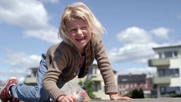 Sol (Olivia Jørgensen) hat eine Idee. Sie rennt weg und versteckt sich. | Rechte: KiKA/NRK
