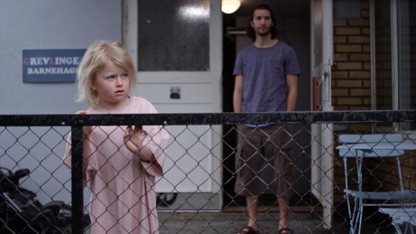 Sol (Olivia Jørgensen) wartet auf ihre Mutter, die ihr einen Schlafsack nachbringen soll, den sie vergessen hat.   Rechte: KiKA/NRK