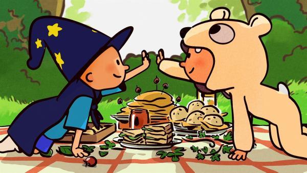 Oskar und Ella freuen sich über ein gelungenes Kostüm-Picknick. | Rechte: SWR/NORMAAL