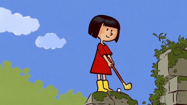 Ella sucht sich für ihren Golfabschlag immer gewagtere Orte aus. | Rechte: SWR/NORMAAL