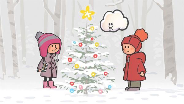 Ella und Oskar finden einen geschmückten Weihnachtsbaum mitten im Wald.   Rechte: SWR/NORMAAL