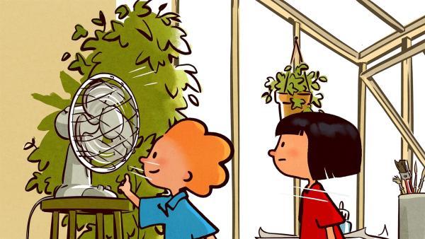 Oskar zeigt Ella, wie der Ventilator funktioniert. | Rechte: SWR/NORMAAL