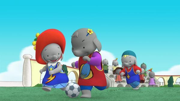 Belinda stürmt mit dem Ball auf das Tor zu.   | Rechte: KiKA/TVOKids/FremantleMedia Kids & Family Entertainment/DHX Cookie Jar Inc.