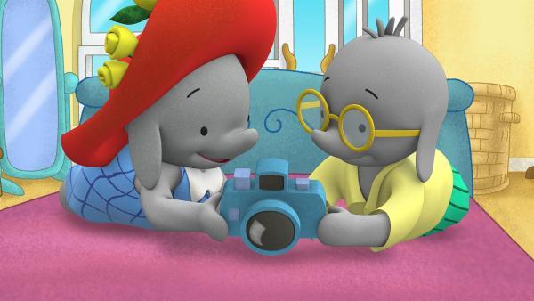 Ella und Tiki schauen sich ihre Fotos an.  | Rechte: KiKA/TVOKids/FremantleMedia Kids & Family Entertainment/DHX Cookie Jar Inc.