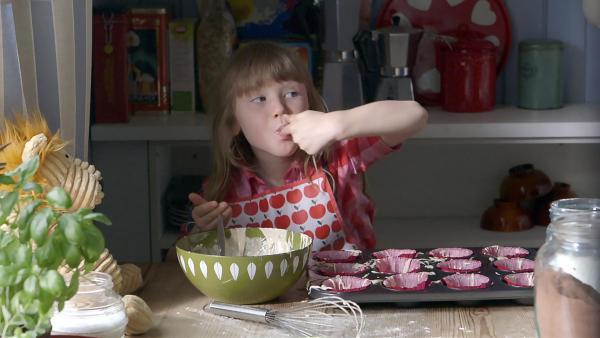 Elsa (Maya Anna Hansen Frølich) backt Muffins. | Rechte: KiKA/NRK