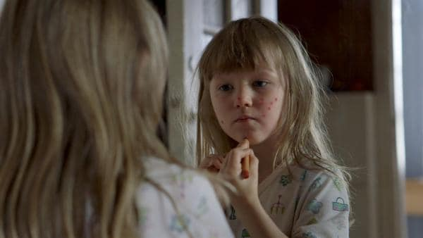 Elsa (Maya Anna Hansen Frølich) ist eifersüchtig auf ihre Schwester, deshalb wäre sie auch gerne krank. | Rechte: KiKA/NRK/Christine Heitmann