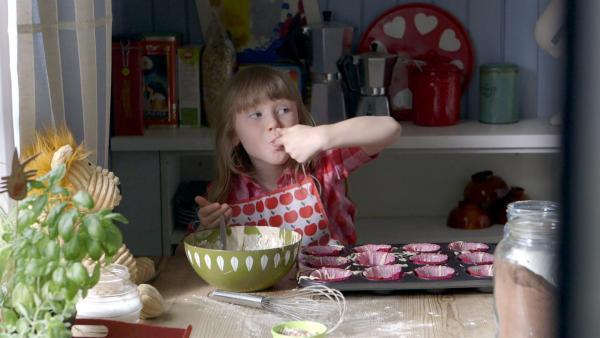 Elsa (Maya Anna Hansen Frølich) backt Muffins. | Rechte: KiKA/NRK/Christine Heitmann