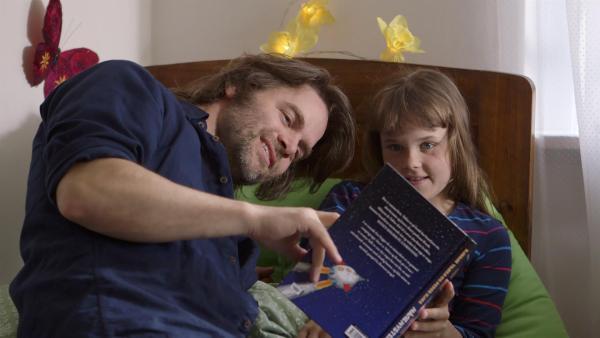 Agnes (Synne Asplund) ist krank – Papa (Jacob Krogvold) kümmert sich um sie. | Rechte: KiKA/NRK/Christine Heitmann