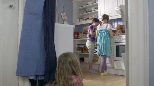 Lilly (Kaja Noor Baklund) und Agnes (Synne Asplund) backen Pfannkuchen. | Rechte: KiKA/NRK/Christine Heitmann